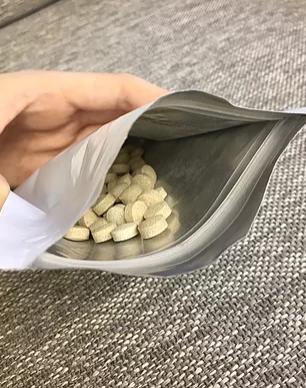 REFUME 袋の中身 錠剤たくさん