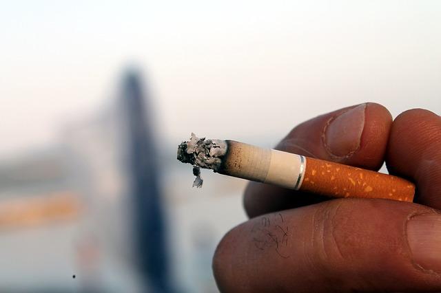 タバコ もっている 火がついている 吸い終わり