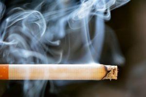 タバコ 火が付いている 煙がもくもく
