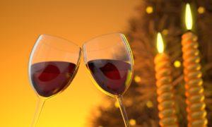 ワイングラス2つ ワインが入って乾杯 ろうそくが2本