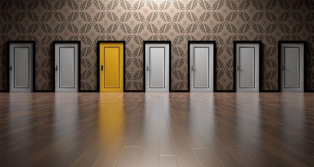 ドアが7つ 左から三番目に黄色のドア