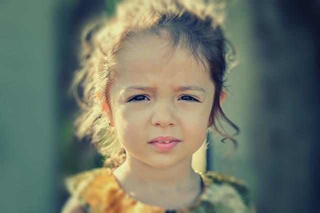 困った顔の女の子
