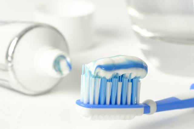 歯ブラシ 歯磨き粉 テーブル