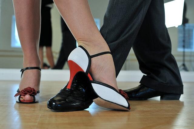 女性と男性がダンス 足元をアップ写真