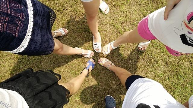 5人の女性の足を寄せる