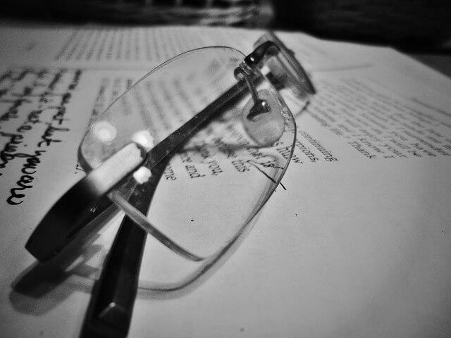 本の上に眼鏡を置いている