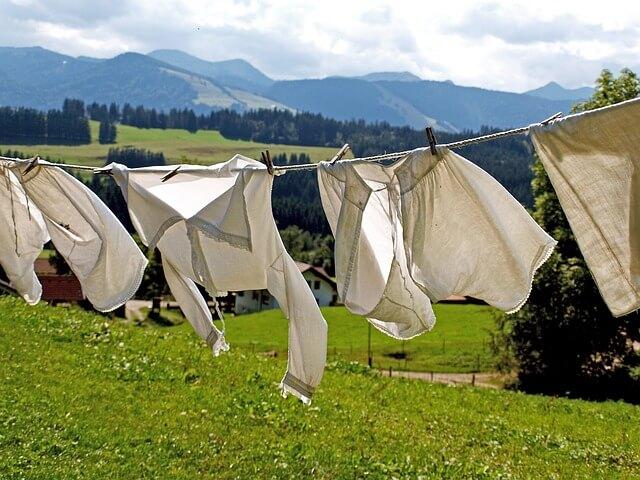 たくさんの洗濯ものが干してある
