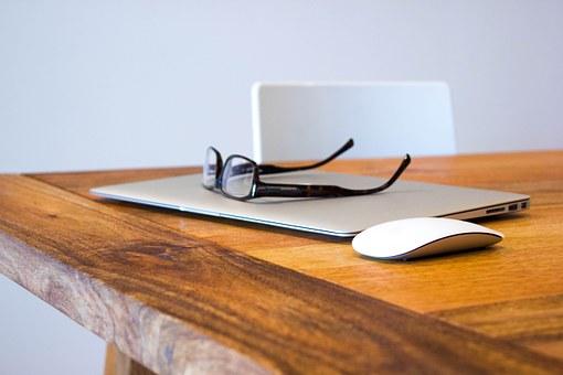 パソコンの上に眼鏡を置いている  テーブル 椅子 マウス