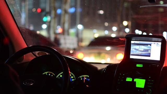 クルマの運転 夜 カーナビ