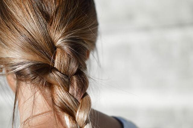 女性の編み込みの髪