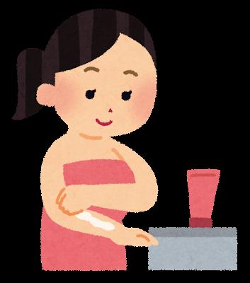 風呂あがりにボディクリームを塗る女性