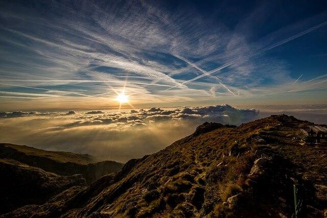 山の頂上からの日の出