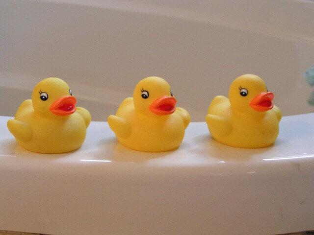 浴槽のそばにいる三羽のアヒル(おもちゃ)
