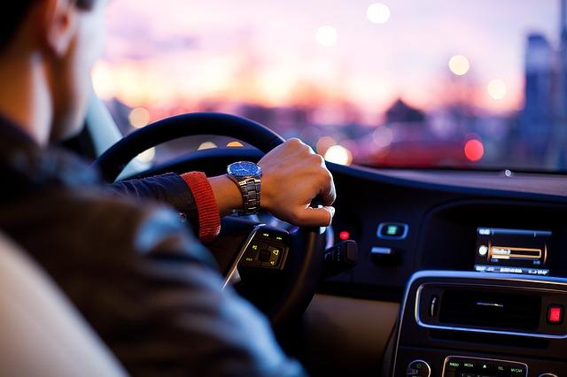 クルマを運転する男性の写真