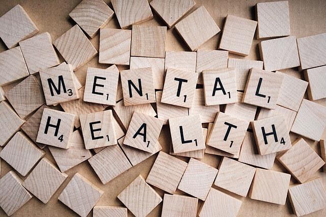木のブロック メンタルヘルスと書いたブロックが並んでいる