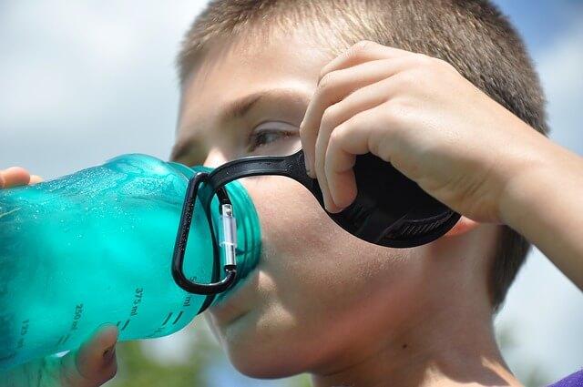 スポーツドリンクを飲む少年