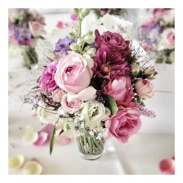 テーブルに置いた花瓶 花がきれい
