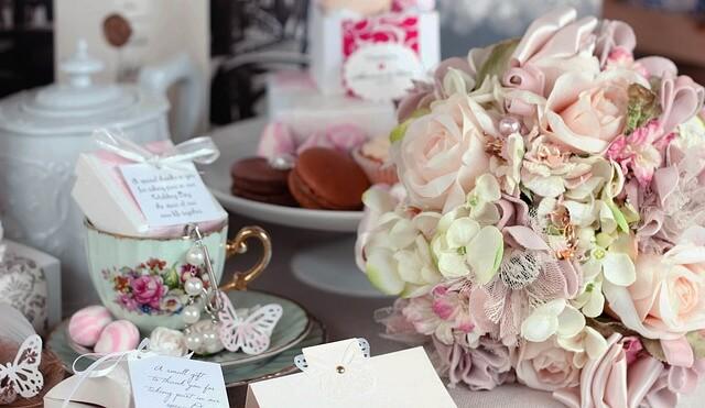 テーブルに置かれた花瓶 カップ ギフト