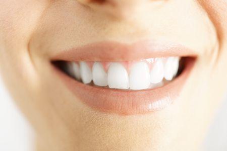 歯が白い女性の笑顔