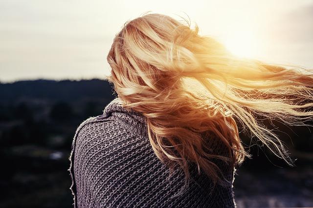 女性の後ろ姿 綺麗な金髪