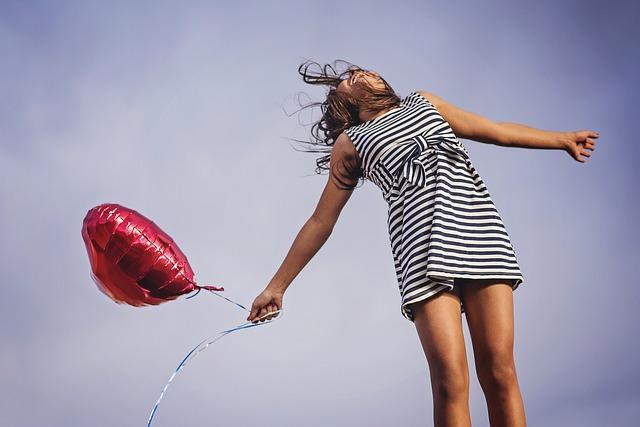 元気にジャンプする女性の写真