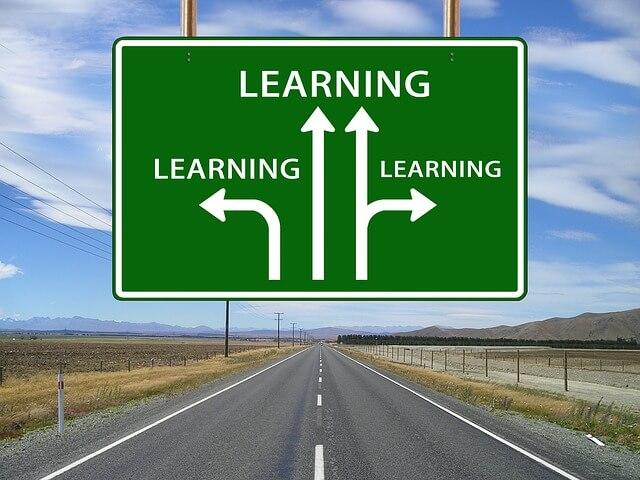 道路標識 learningと書いてある