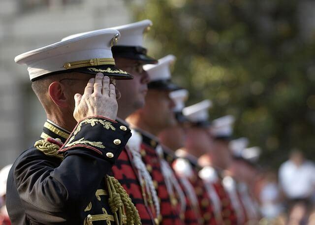軍人の敬礼の写真