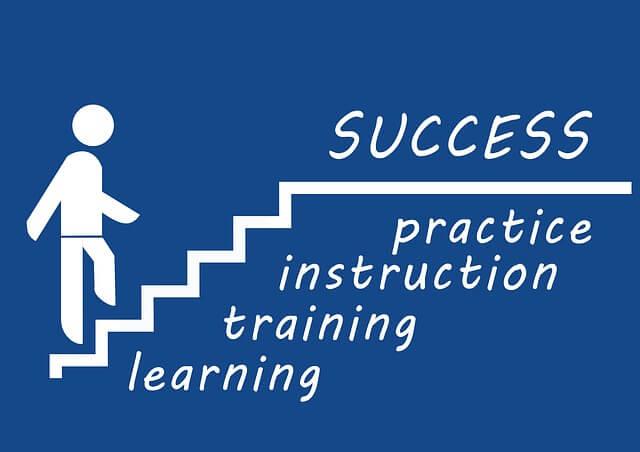 成功の階段を上るイラスト 文字は practice   instruction  training  learning  と書いてある