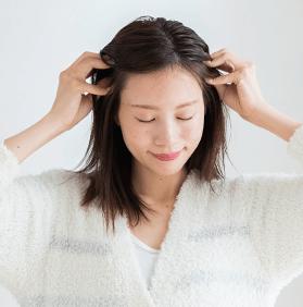 頭皮をまっさーじする女性の写真