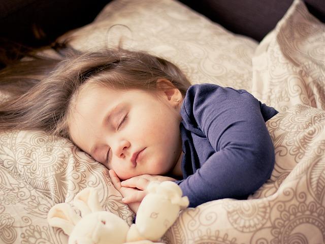 小さい子が寝ている写真