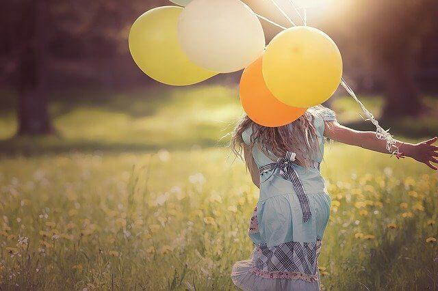 風船を持った女性