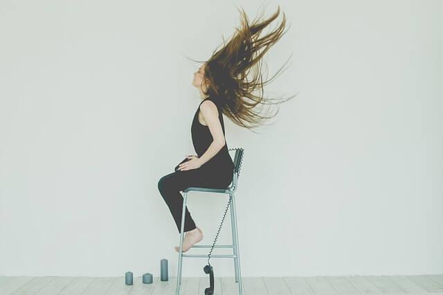 髪が風でまいあがっている女性の写真