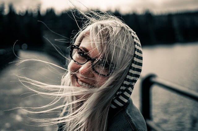 笑顔で振り返るメガネの女性の写真