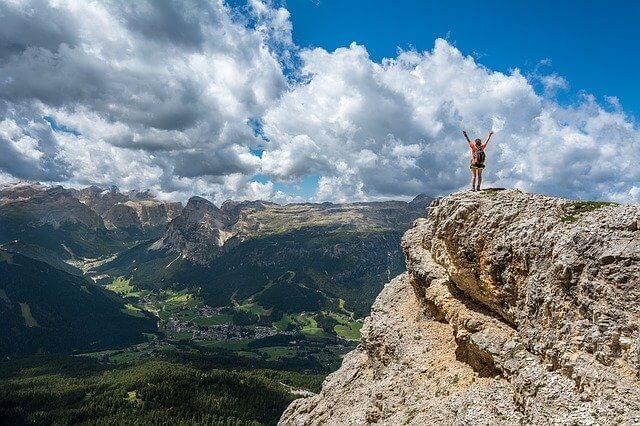 山の風景 万歳する人