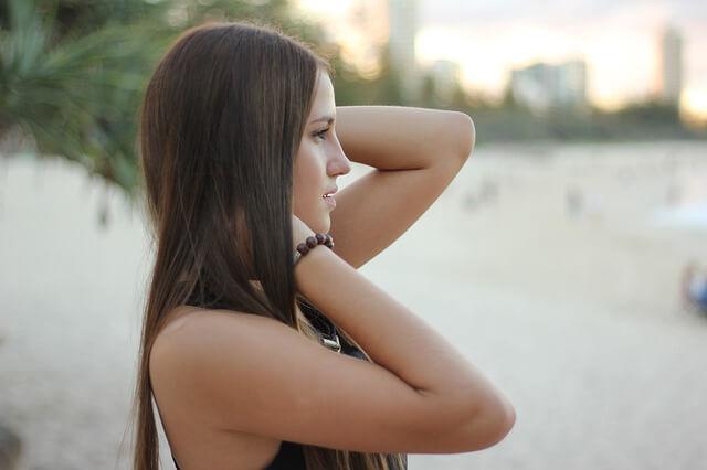 女性の横顔の写真 髪がキレイ