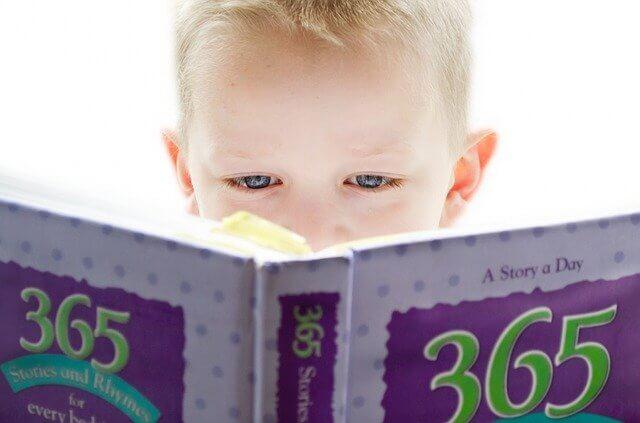 こどもが本を読んでいる写真
