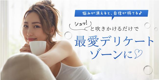 女性が笑顔でコーヒーを飲む写真
