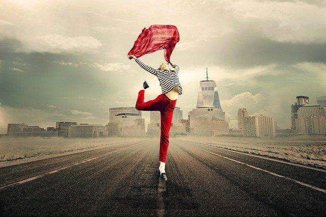 女性がジャンプしている写真