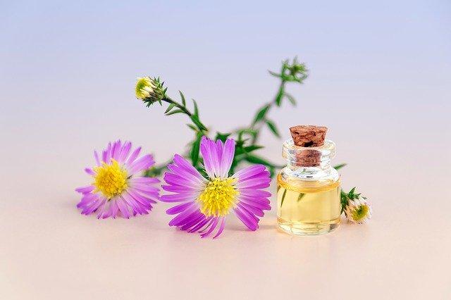 香水と花の写真