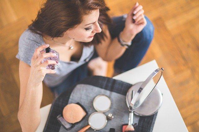 女性が香水をつける写真